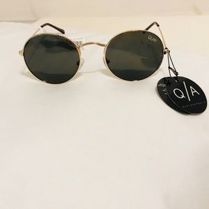 Quay Round Sunglasses Mod star Bestseller Gold